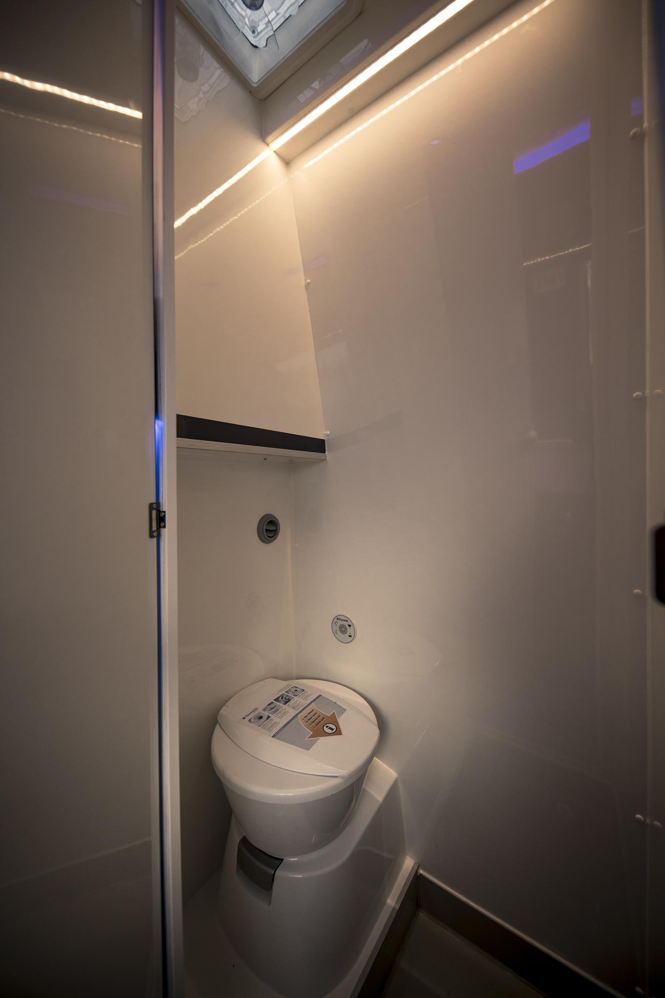 Dusche im Wohnmobil groß genug und kann auch ideal als Schrank und Drockenraum genutzt werde! keine Schnickschnack!