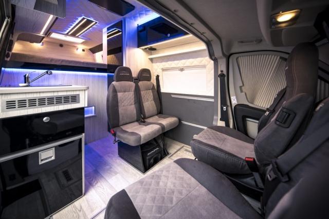exklusiv bei VR-Motorhomes : mobile Doppelsitzbank, falls man nur zu zweit unterwegs ist, wesentlich mehr Platz ! mit 4 Senkschrauben befestigt!  TÜV abgenommen!