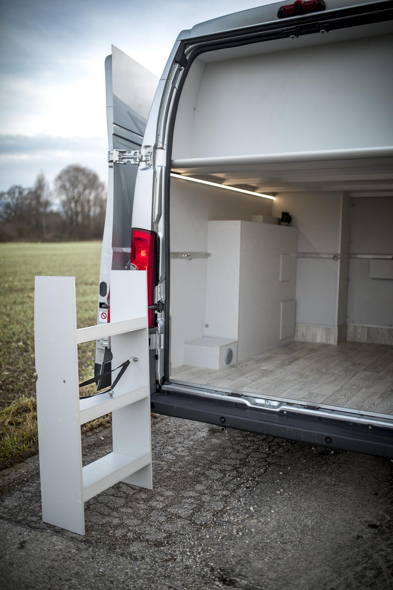 mobile Regale einfach per airlineschiene fixiert ! LED Beleuchtung, es kann auch ein Fenster in der Garage angebracht werden