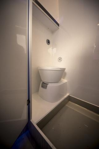 exklusiv VR-Motorhomes Toilette fest integriert mit e-Spülung, das Bett bleibt gleich groß, beheizt und sauber!