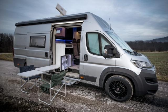 Kühlschrank von aussen erreichbar racecamper renntransporter campingtisch campingstühle aussen