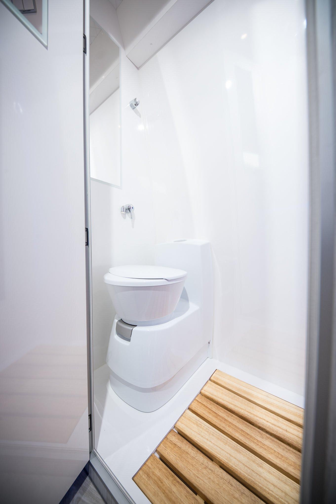 dusche toilette im wohnmobil motorhomes renntransporter camper racecamper shower wc