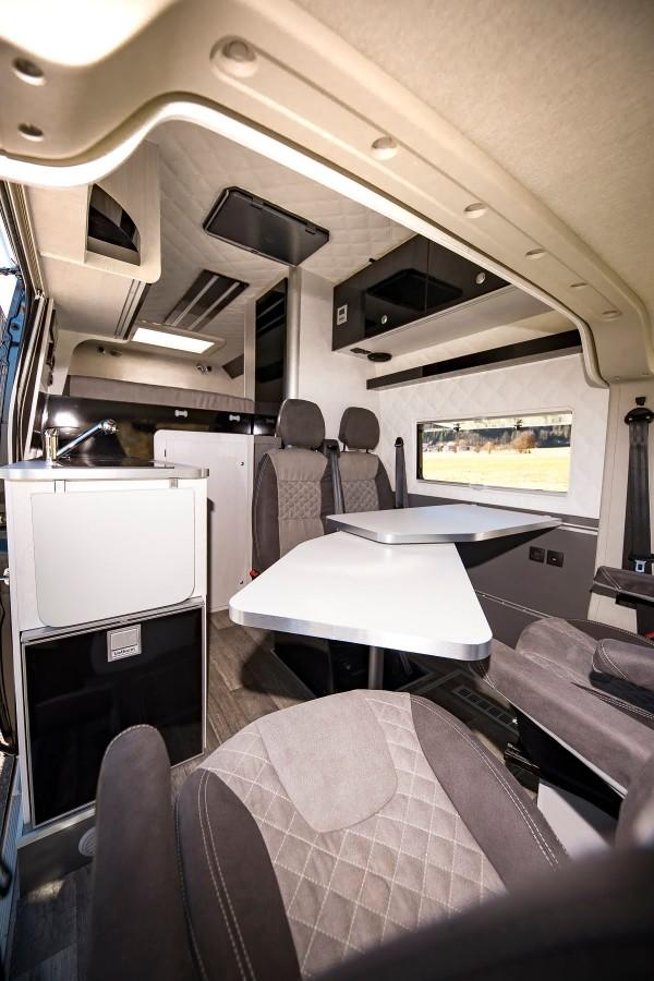 VR interior design architekt clever ausgebaut schönes wohnen auf vier Räder platz für motorräder in der Heckgarage