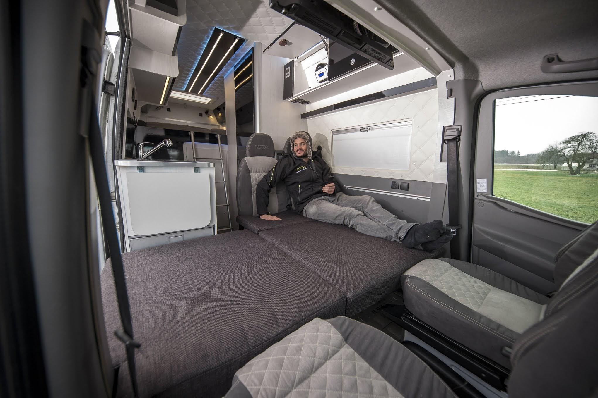frontcouch frontbett interior camper luxus bett 4 erwachsene im Kastenwagen und 3 motorräder