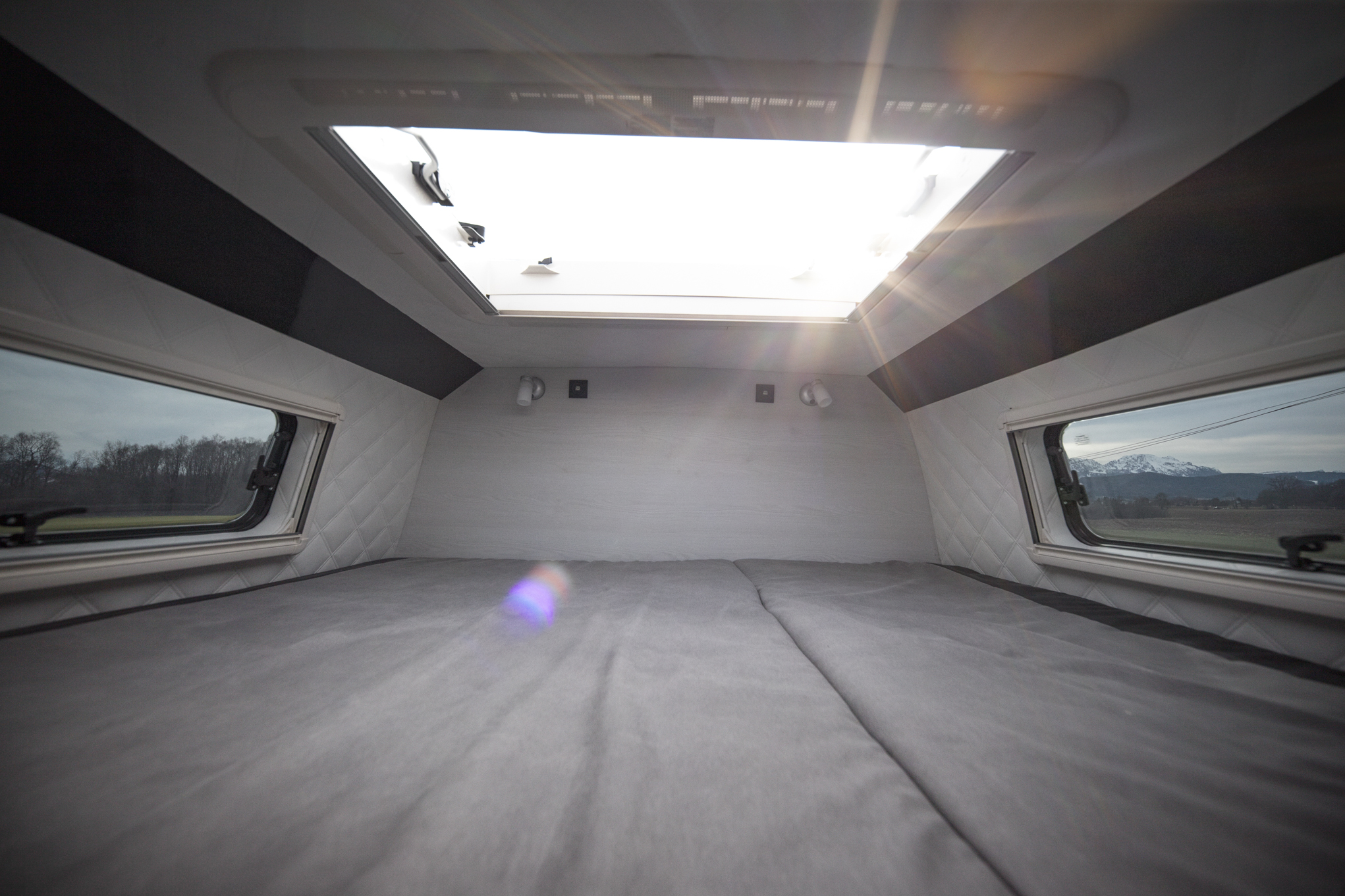 midiheki2 großes dachfenster sternenhimmel bett mit großem fenster seitenfenster vr motorhomes
