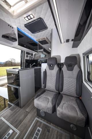 interior vr luxus austattung VR business sitzbank bequeme sitzbank ausziehbar lehne verstellbar rückenteil armlehne camper doppelsitzbank luxus angenehm