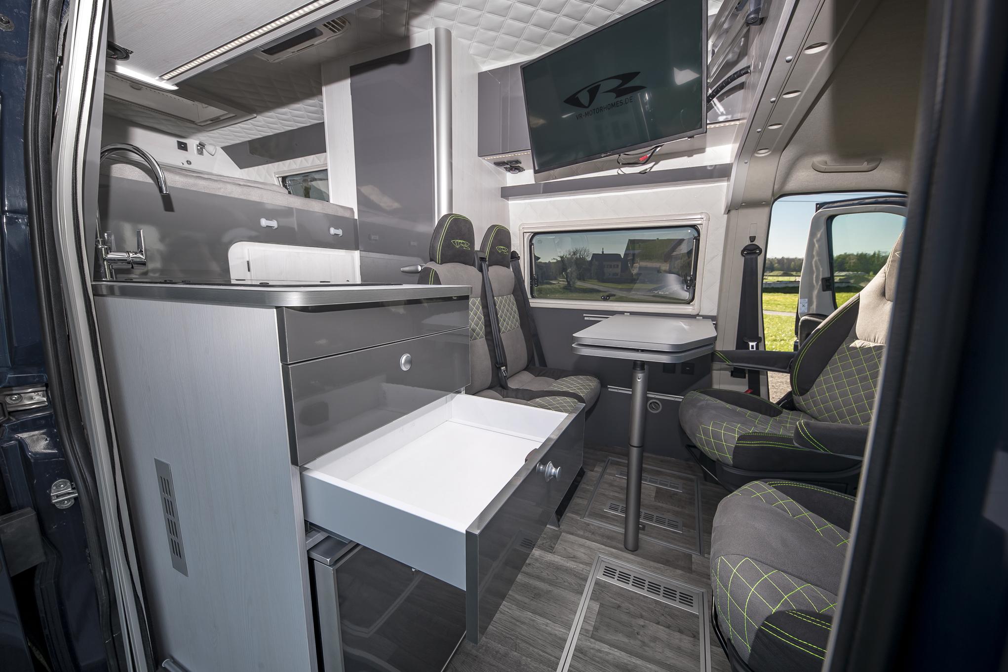 camper TV 32zoll soundsystem dolby surround sound musik camper interior kastenwagen transporter luxus wohnmobil