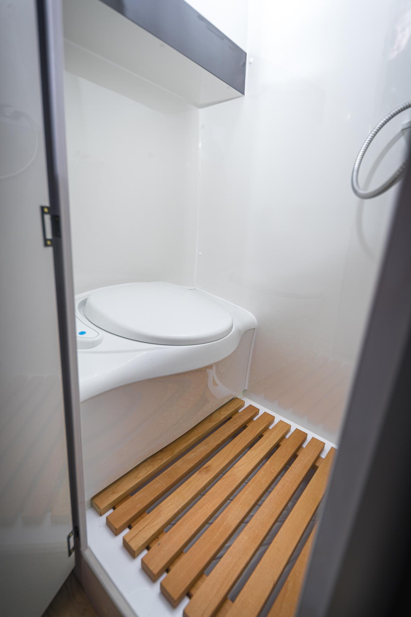 campingdusche wc im camper wohnmobil toilettenbank