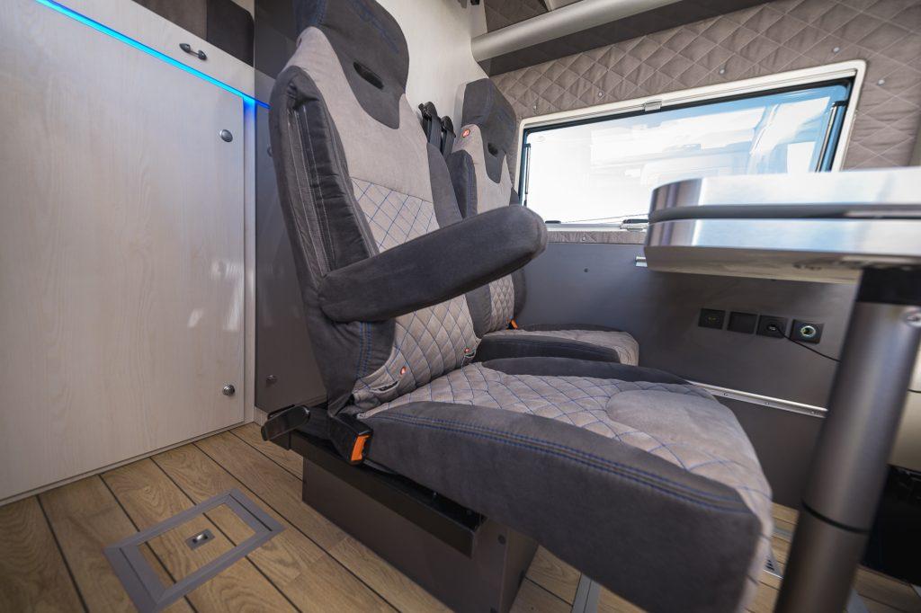 Doppelsitz im camper wird zu zwei einzelsitzen