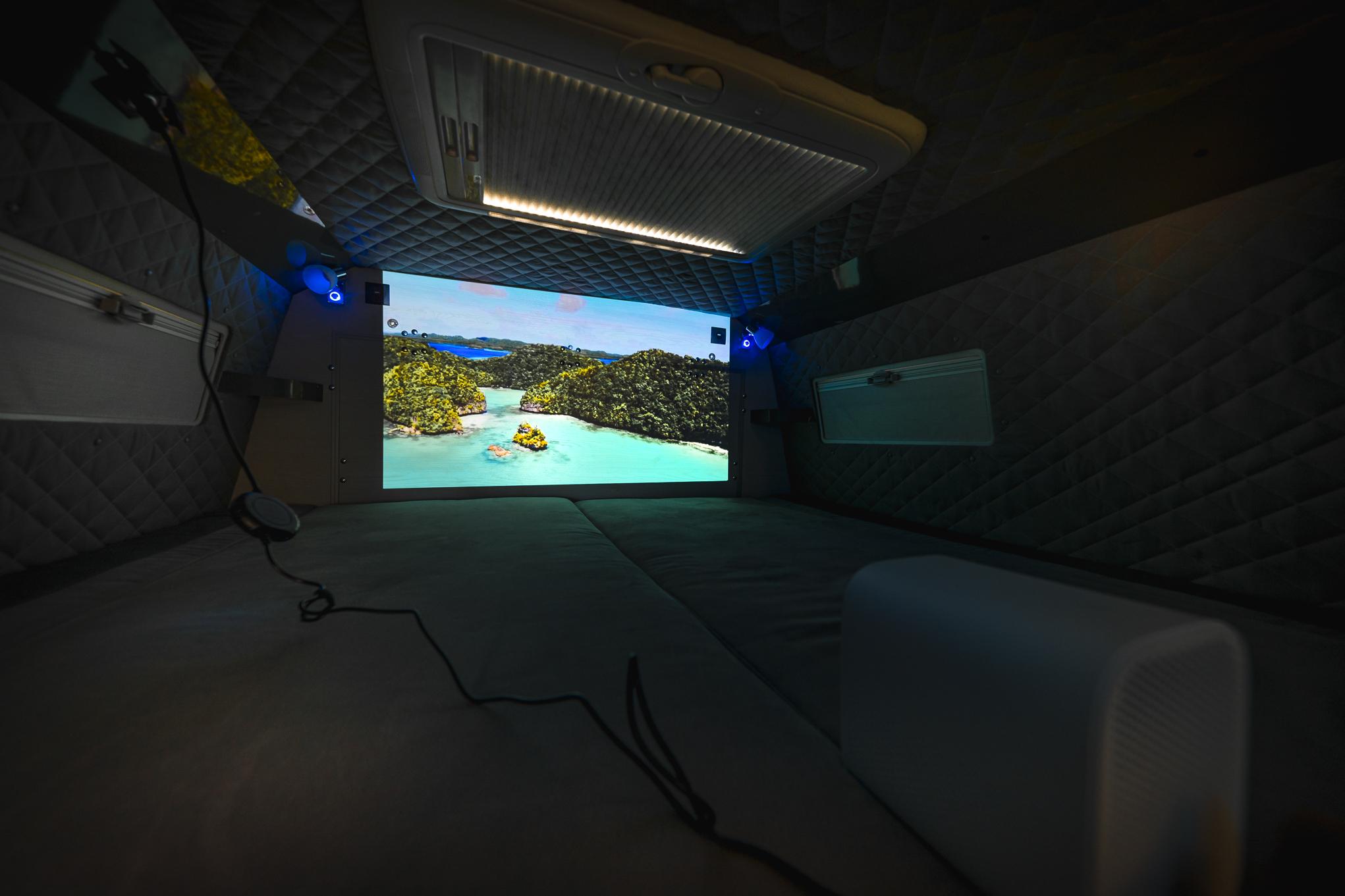 projector projektor im wohnmobil camper luxus vr landyacht offroadyacht