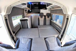 camperinterior bett frontbett sitzgruppenbett matratzen im wohnmobil vorne kastenwagen schlafgelegenheit