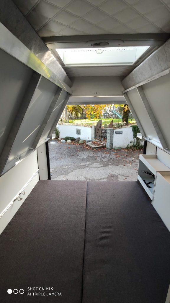 Garagenbett Gästebett im Wohnmobil für zwei Erwachsene viel platz belüftet strom und fenster im bett