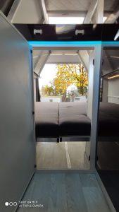 camper durchgangstüre ins Gästebett viel Staumöglichkeit unter dem Bett garagenbett mehr Platz VR Camper