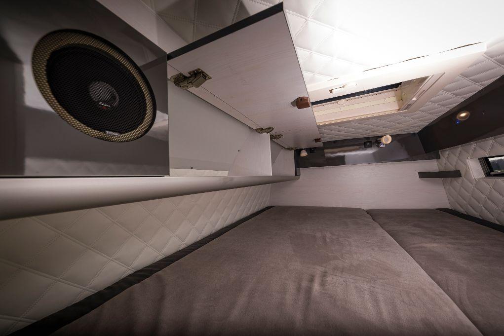 Gemütliches Doppelbett im Racecamper