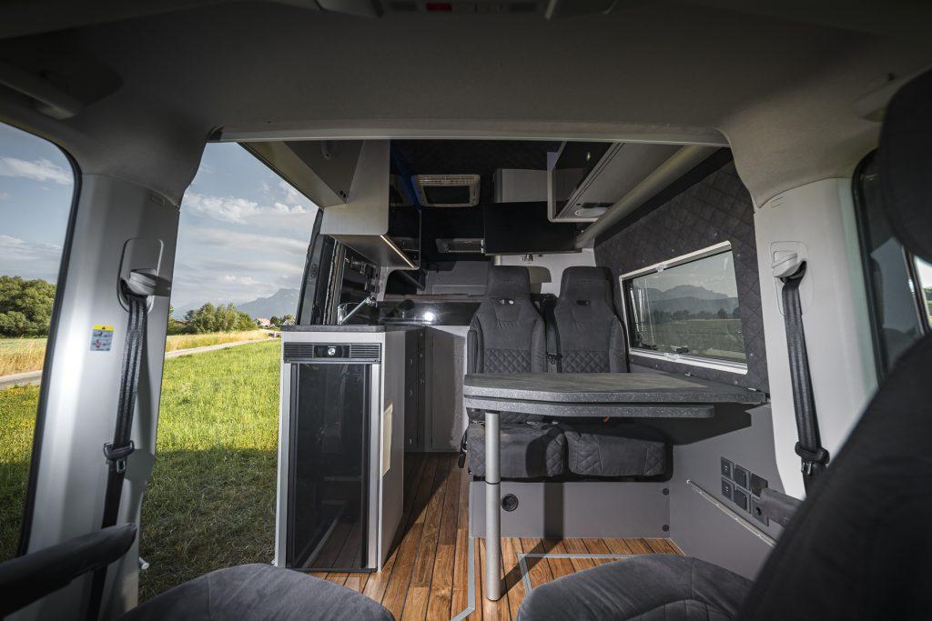 MAN TGE – Wohnbereich Steintisch Kühlschrank verstellbare Sitzbank - VR Motorhomes 2022