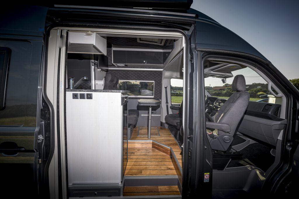 MAN Lang – Aussenansicht4 Wohnbereich Fahrerkabine - VR Motorhomes 2022