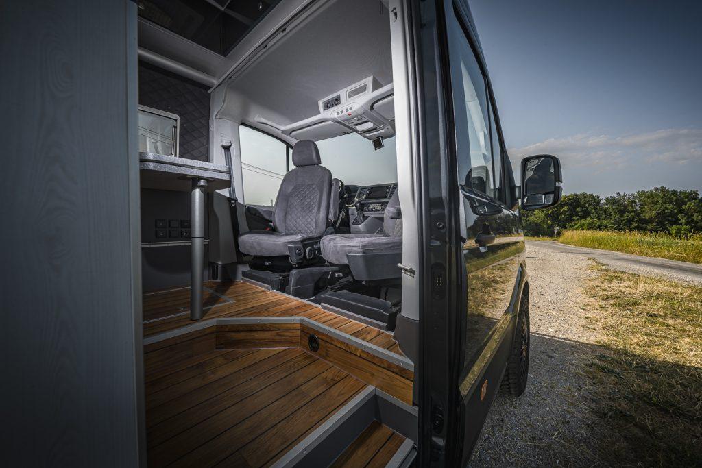 MAN - Aussenansicht Pilotensitze Wohnbereich - VR-Motorhomes 2022