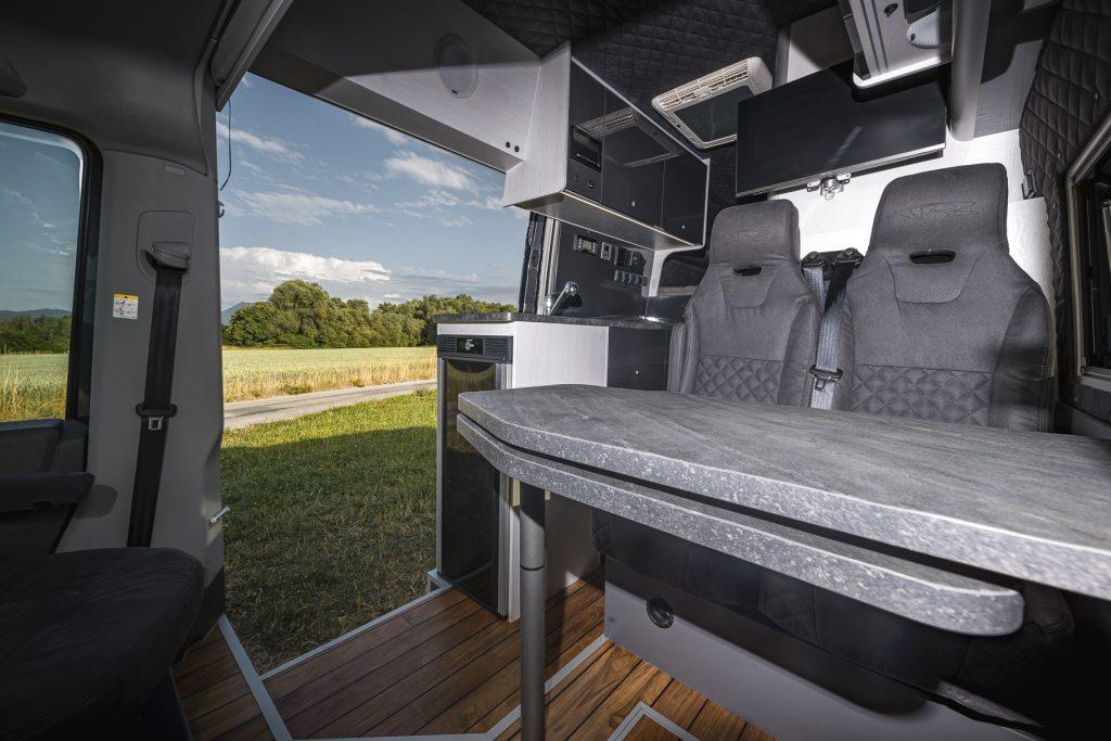 MAN TGE – Wohnbereich4 Steintisch Küche Stauraum - VR Motorhomes 2022