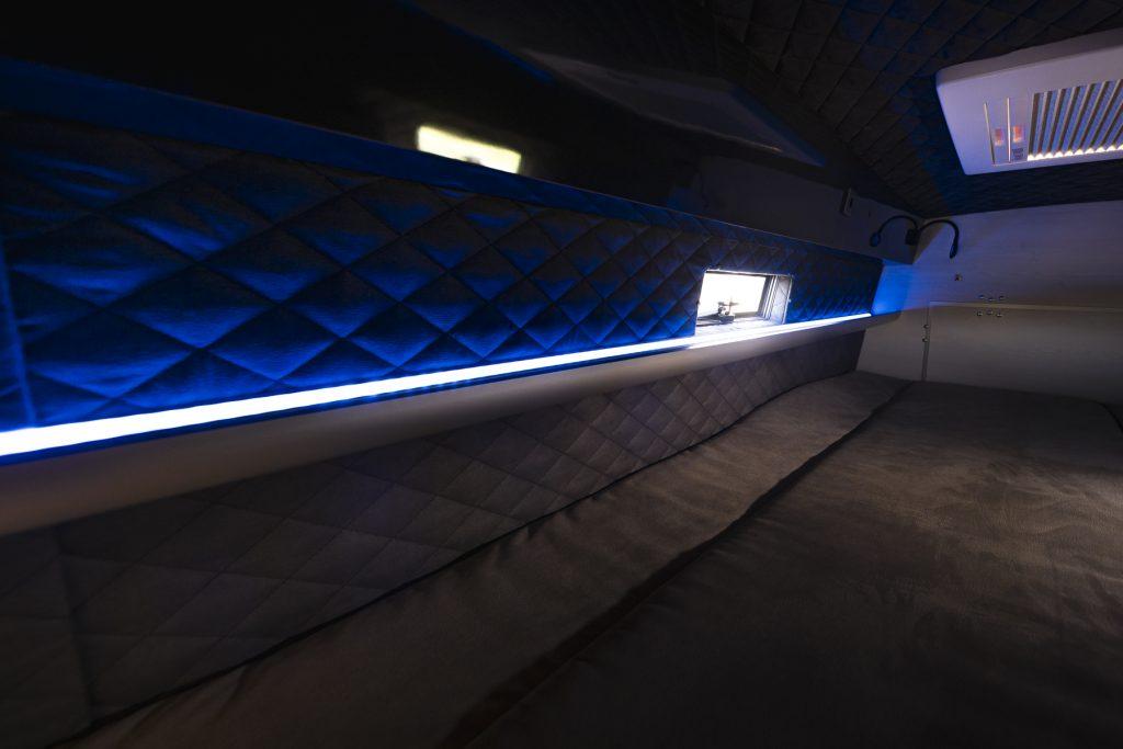MAN TGE – Bettansicht- Midi Heki LED Panel Ablagefach länglich Leselampe abgestepptes Leder Fenster - VR Motorhome 2022